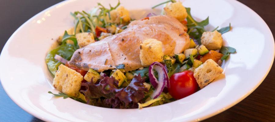 Stadscafé Oscar salade kip op bord